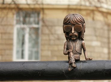 The bronze miniature of Jon Lord is located on the railings of the embankment of Uzhh.