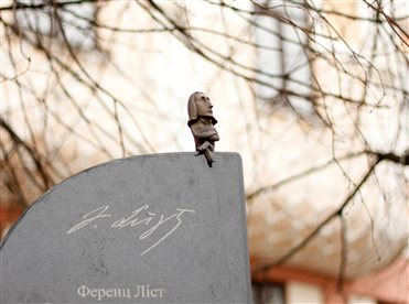 Mini-sculpture in memory to the concerts of 1847 year, that were happened in Chernivtsi